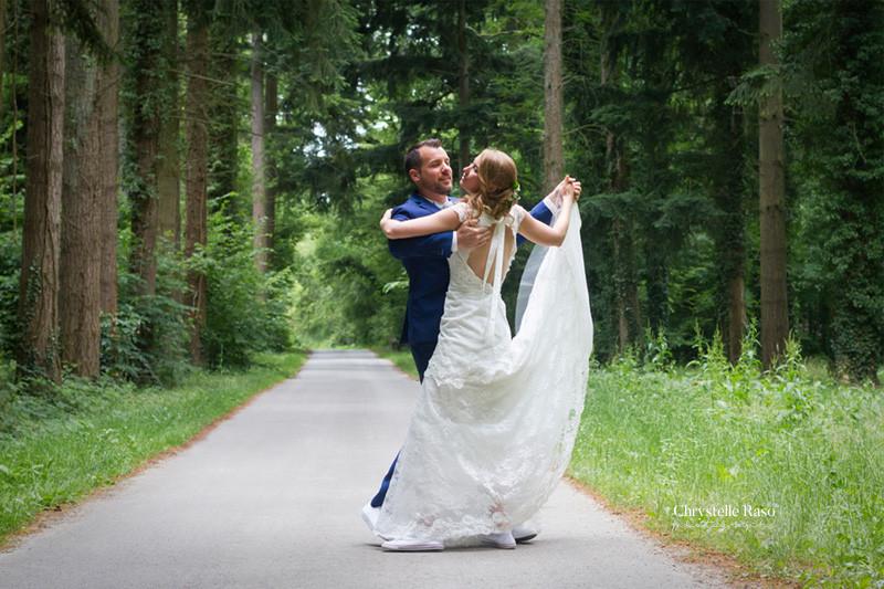 mariés dansant la valse en forêt de seine et marne