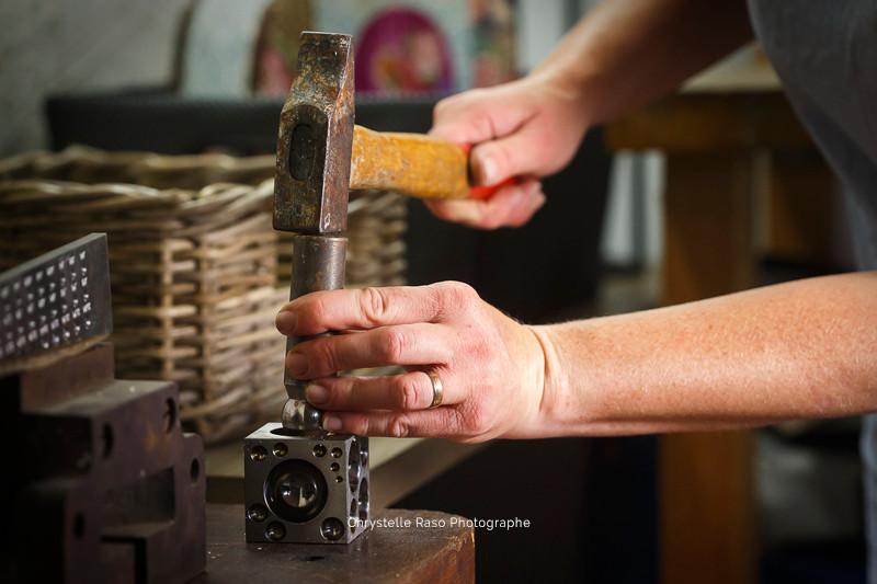 Bijoutière dans son atelier