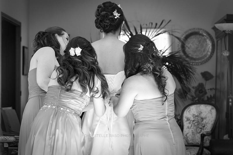 La mariée s'habille avec ses témoins