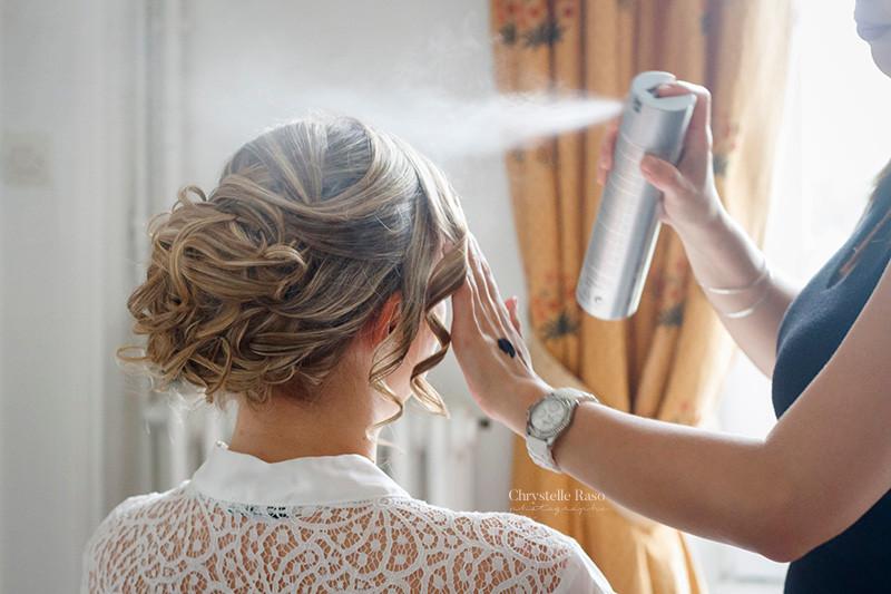 la mariée en préparatif avec la coiffeuse