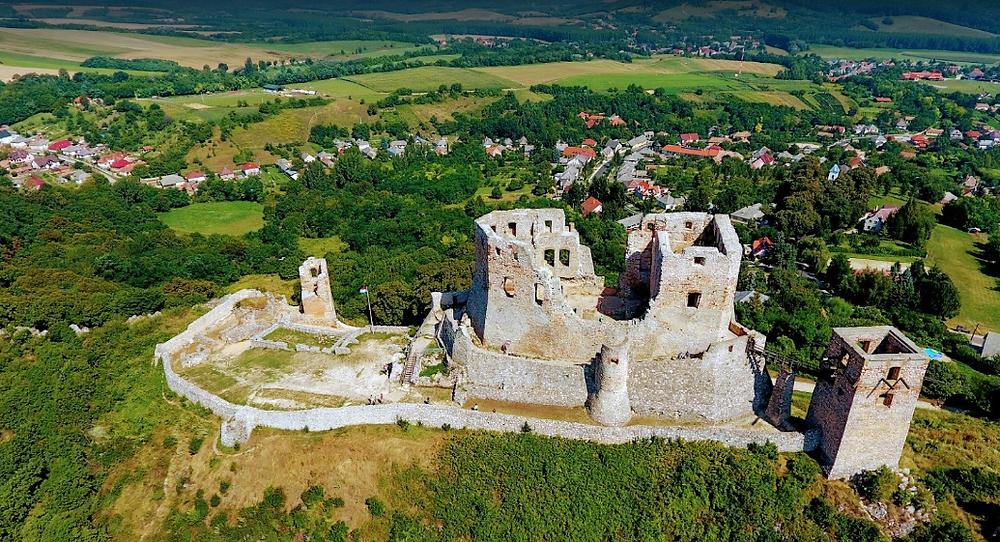 המבצר בכפר שסנק, למרגלותיו כמה מסלולי ויה פרטה