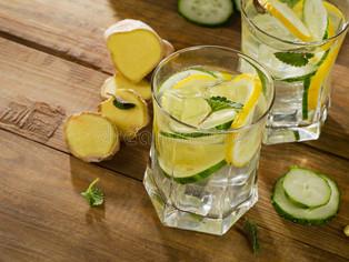 Alcaline le corps : Limonade de gingembre, concombre et menthe pour un ventre plat