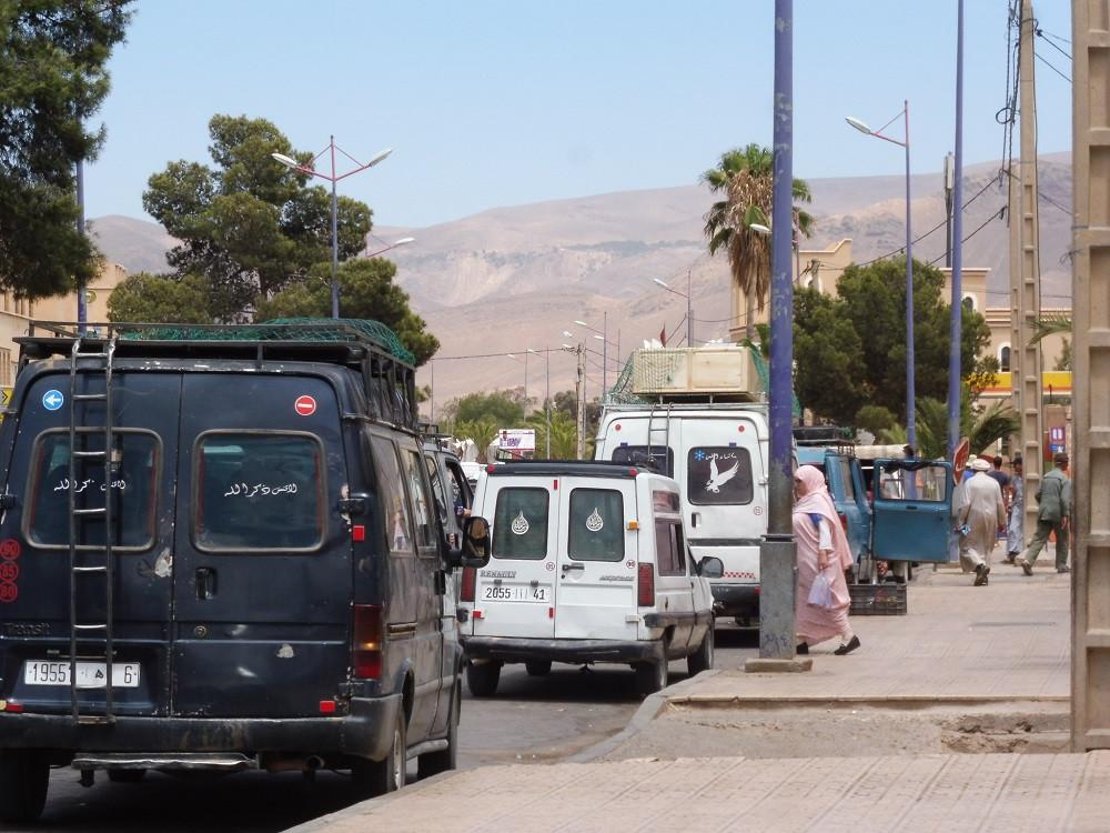 Volgepakte auto's in het zuiden van Marokko - Saffraan Reizen