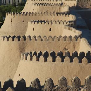 De lemen stadsmuur in Khiva rondreis Oezbekistan Saffraan Reizen.jpg