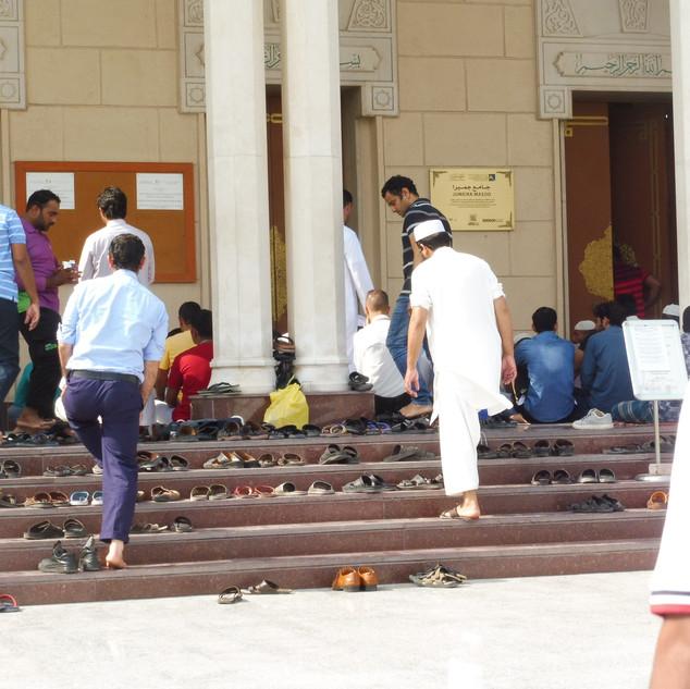 Schoenen uit voor het bidden.JPG
