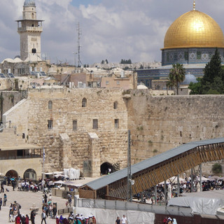 Klaagmuur en de Rotskoepelmoskee in Jeruzalem.JPG