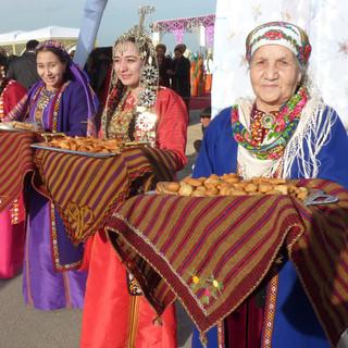 Uitdelen lekkernijen Nowruz feest.JPG