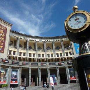 Naar de bioscoop Yerevan rondreis Armenie Saffraan Reizen.JPG
