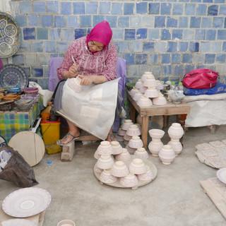 Mozaiekbewerken_in_Fès,_Marokko.JPG