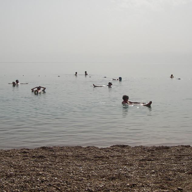 Lekker drijven in de Dode Zee.JPG