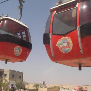 Per kabelbaan de Berg van de Verzoeking op. Jericho, Palestina.JPG