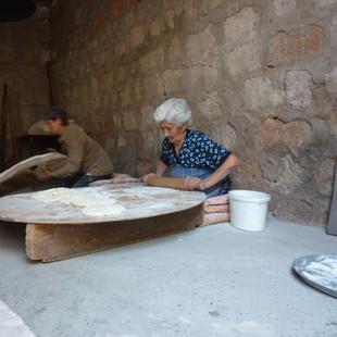 Oma maakt traditioneel lavasj brood.JPG