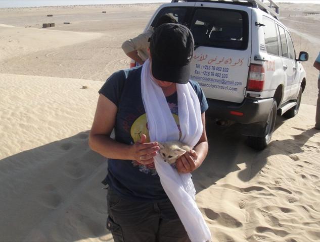 Met baby woestijnvosje.JPG