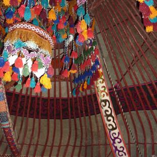 Slapen in de kleurige Yurt.JPG