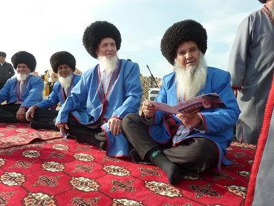Turkmeen leest Saffraanflyer - Saffraan Reizen