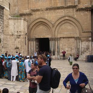 Op het plein voor de Heilig Gerafkerk, Jeruzalem.JPG