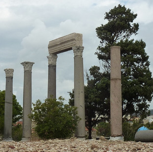 Roman colonnade Byblos.JPG