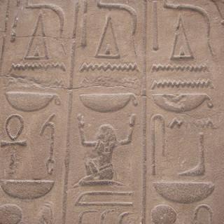 Hiëroglyphen_in_de_tempel_van_Luxor.JPG