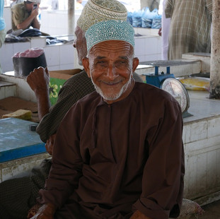 Man op vismarkt in Barka, rondreis Oman.JPG