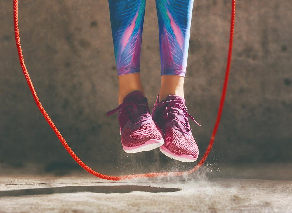 Tyttö-hyppii-hyppynarulla