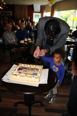 --openen Klankrijk Drenthen door symbolisch de taart aan te snijden.jpg