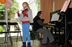 album01_Isis, de jongste speler van de middag, begeleid door haar docente Gea.jp