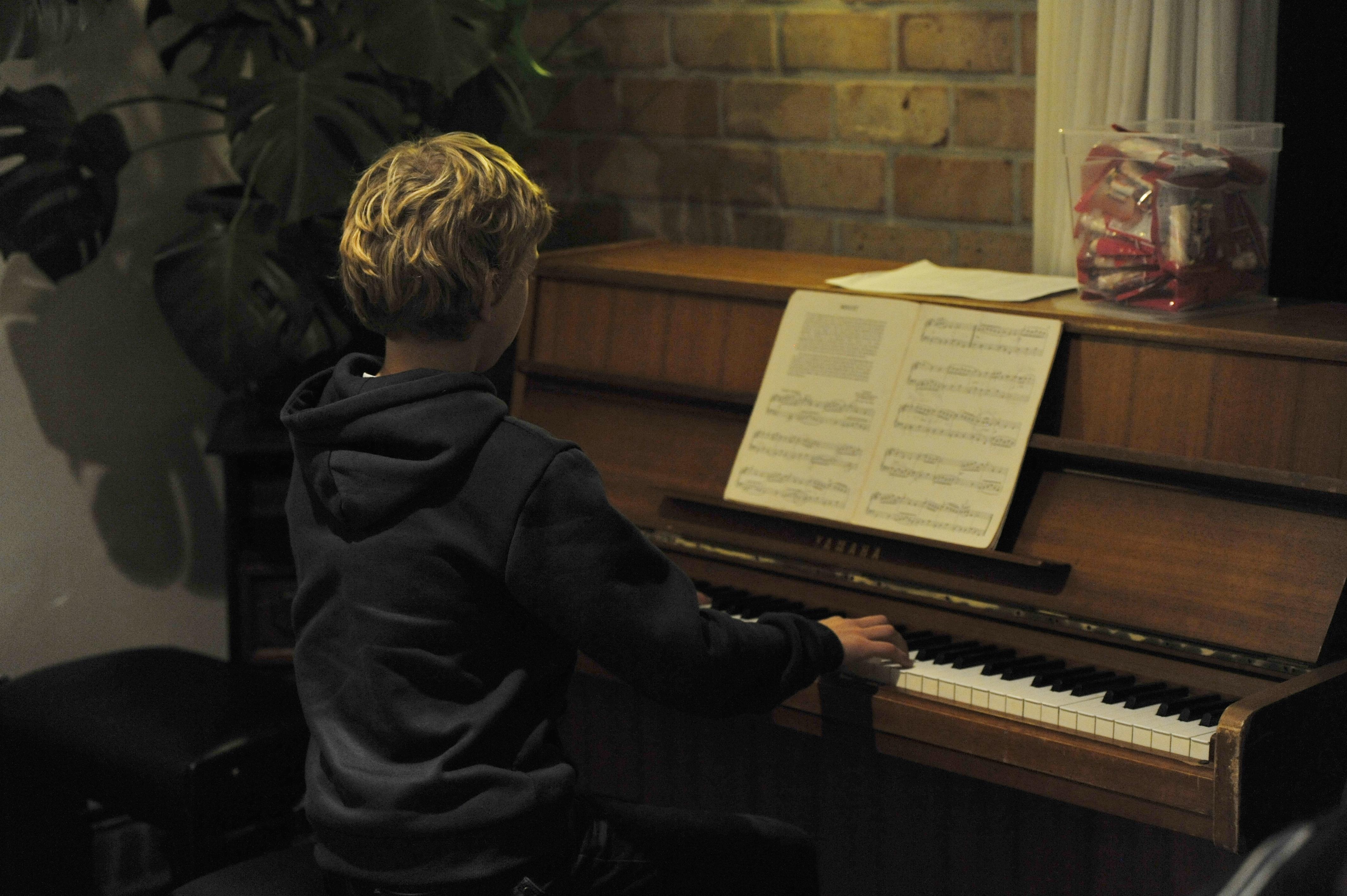 Romke op piano