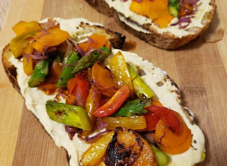 Tartine com Hommus e Legumes