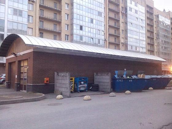 Контейнер для вторсырья и макулатуры расположен по адресу Варшавская улица, 9к1 в Московском районе Санкт-Петербурга