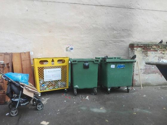 Контейнер для вторсырья и макулатуры расположен по адресу улица Всеволода Вишневского, 18 в Петроградском районе Санкт-Петербурга