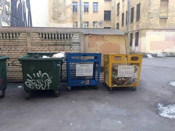 Контейнер для вторсырья и макулатуры расположен по адресу Введенская улица, 8 в Петроградском районе Санкт-Петербурга