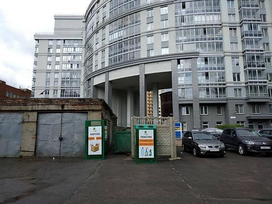 Контейнеры для вторсырья расположены по адресу: Московский проспект, 75 в Адмиралтейском районе Санкт-Петербурга.