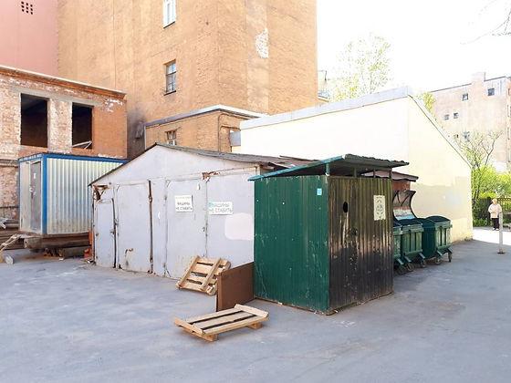 Контейнер для вторсырья и макулатуры расположен по адресу Гончарная улица, 15 в Центральном районе Санкт-Петербурга