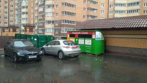 Контейнер для макулатуры расположен по адресу: Кушелевская дорога, 5к3 в Калининском районе Санкт-Петербурга.