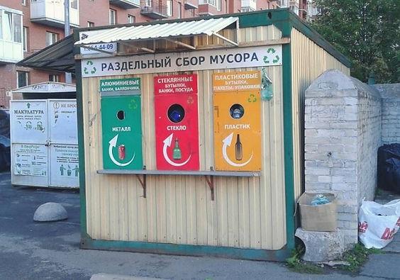 Контейнер для вторсырья и макулатуры расположен по адресу Новоколомяжский проспект, 4к1 в Приморском районе Санкт-Петербурга