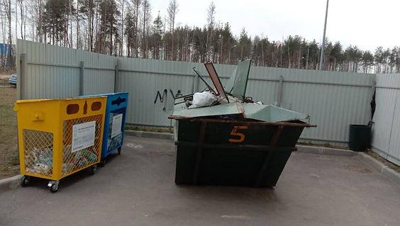 Контейнер для вторсырья и макулатуры расположен по адресу Парашютная улица, 61к1 в Приморском районе Санкт-Петербурга