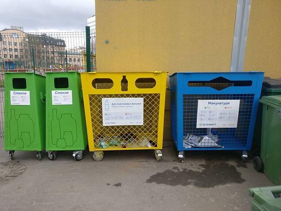 Контейнер для вторичного сырья и макулатуры расположен по адресу: набережная реки Смоленки, 35к1 в Василеостровском районе Санкт-Петербурга.