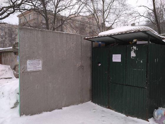 Контейнер для макулатуры расположен по адресу: 2-й Муринский проспект, 19 в Выборгском районе Санкт-Петербурга.
