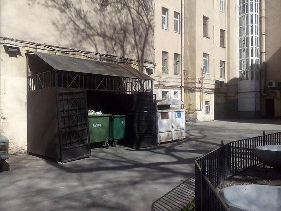 Контейнер для вторсырья и макулатуры расположен по адресу улица Радищева, 20 в Центральном районе Санкт-Петербурга