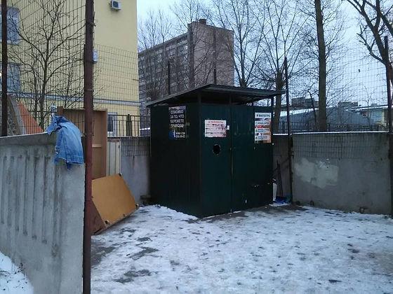 Контейнер для макулатуры расположен по адресу Оборонная улица, 22 в Кировском районе Санкт-Петербурга