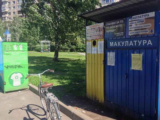 Контейнер для вторсырья и макулатуры расположен по адресу Хасанская улица, 8к1 в Красногвардейском районе Санкт-Петербурга