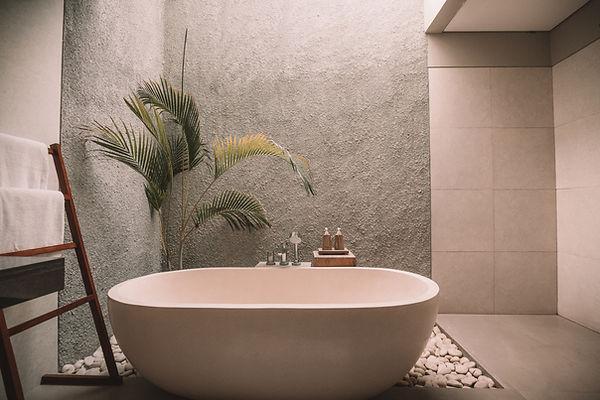 Baignoire rose dans une grande salle de bain By saskia decoratrice d'interieur Moselle Metz Thionville