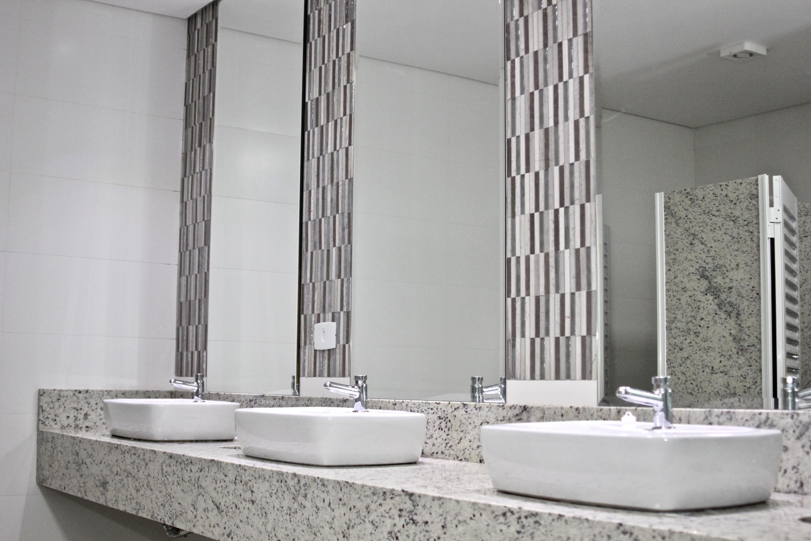 banheiro masculino hotel bolsi