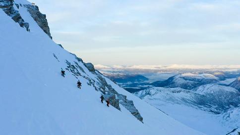 Hardt føre gjorde at vi måtte ta av oss ski og brett det siste stykket til toppen