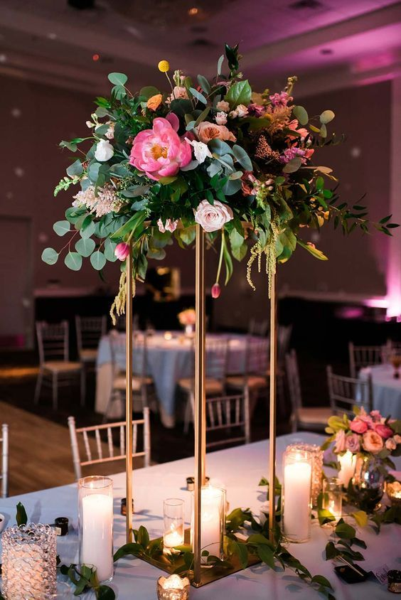 gold-wedding-pedestal-flowers