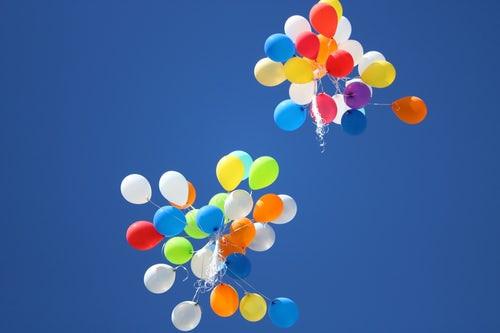 ballon multicolores qui volent dans le ciel