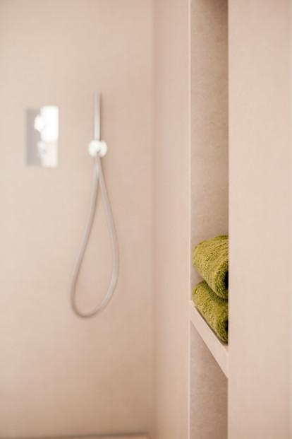 Wellness Badezimmer modern weiß Produktfoto Fliesen