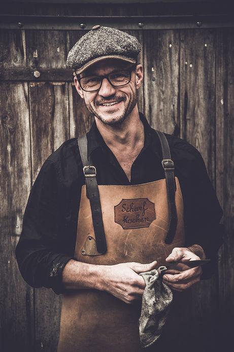 Mike Wagner Inhaber von Schärfdienst Wagner. Stumpfe Messer macht er in Handarbeit wieder scharf.