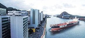 foto com navio manobrando no Porto de Vitória, ES, localizado no centro da capital, Vitória