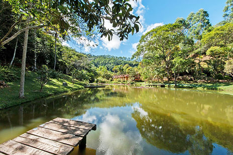 Lago de entrada da propriedade, onde ao fundo se encontra a Pousada Bei Cantoni